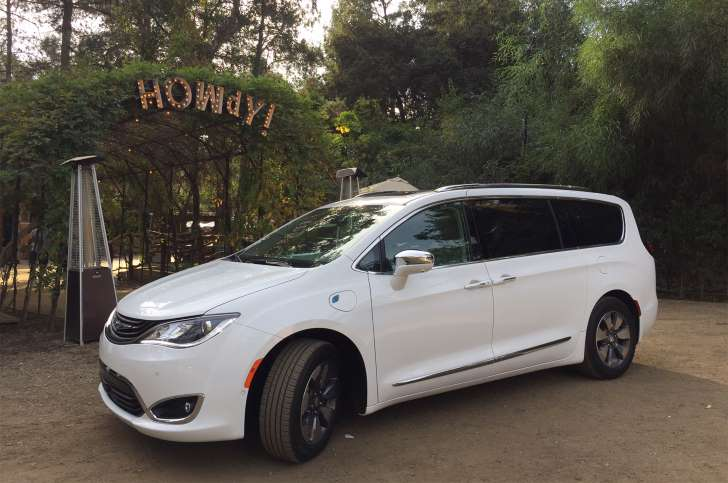 review 2017 chrysler pacifica hybrid minivan is a smart family hauler hybrid automotive. Black Bedroom Furniture Sets. Home Design Ideas